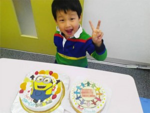 ミニオンケーキと幼稚園のマークイラストケーキ
