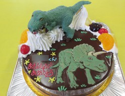 恐竜ティラノサウルスとトリケラトプスのケーキ
