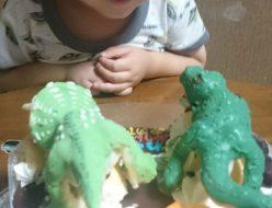 ティラノサウルスとトリケラトプスのケーキ