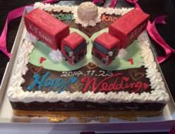 2台のトレーラー立体のウェディングケーキ