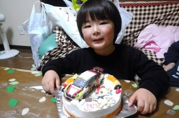 レーシングカーとコチラちゃんのイラストケーキ