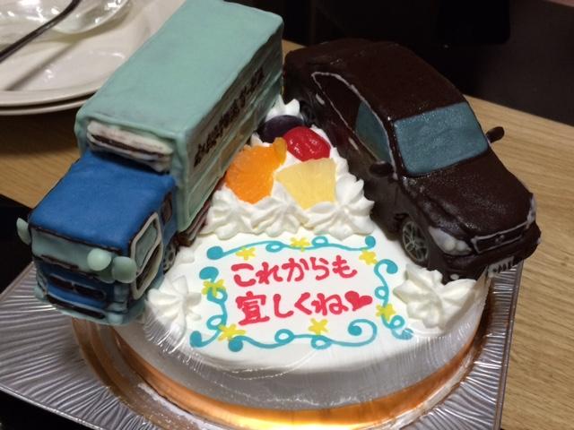 クラウンとトラック立体二台のせケーキ